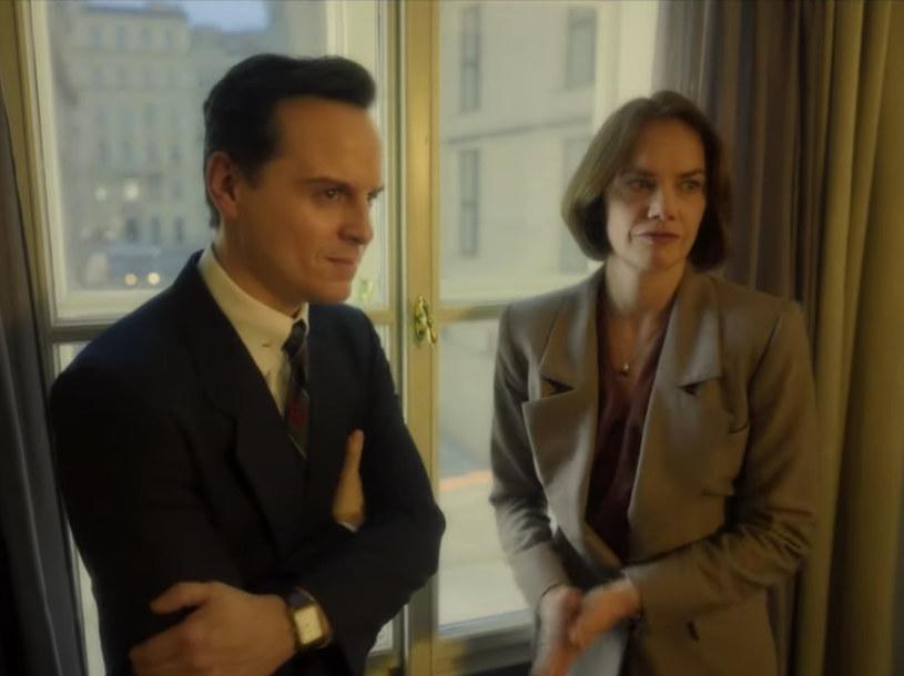 """Porozumienia z Oslo są tematem nowej produkcji stacji HBO zatytułowanej """"Oslo"""". Serial, w którym w rolach głównych wystąpili Ruth Wilson (""""The Affair"""""""") oraz Andrew Scott (""""Sherlock"""") zadebiutuje już 29 maja tego roku. Właśnie opublikowano pierwszy zwiastun tej produkcji."""