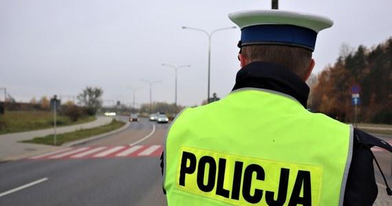 Prokuratura Rejonowa w Sejnach wyjaśnia przyczyny śmierci 21-latki, która została zatrzymana w weekend przez funkcjonariuszy policji w Sejnach. Po przewiezieniu do komendy kobieta zaczęła się krztusić, więc wezwano do niej pogotowie. Zmarła w szpitalu.