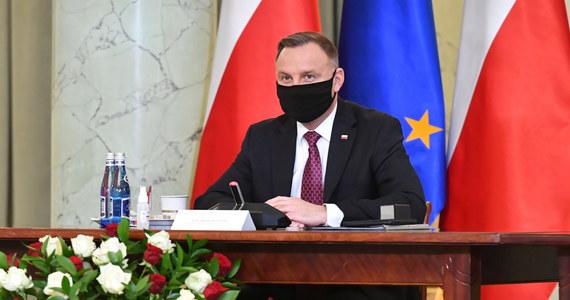 Prezydent Andrzej Duda poinformował, że wczoraj on i Pierwsza Dama Agata Kornhauser-Duda zostali zaszczepieni przeciw Covid-19. Szczepienie odbyło się w punkcie szczepień Wojskowego Instytutu Medycznego przy ul. Szaserów w Warszawie.