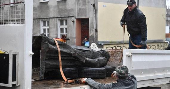 Obrona trzech mężczyzn oskarżonych o znieważenie i zniszczenie pomnika ks. prałata Henryka Jankowskiego chce przesłuchania przed sądem ponad 30 świadków, w tym 4 osób, które miałyby być ewentualnymi ofiarami molestowania ze strony duchownego, a także wielu osób publicznych.