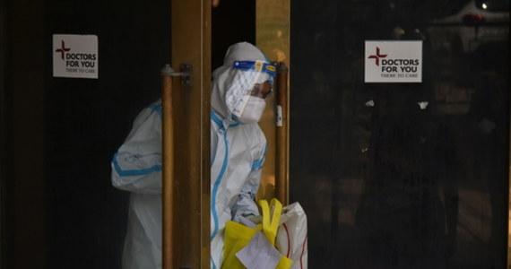 Zakażanie koronawirusem przyczyniło się do śmierci m.in 140 lekarzy i 136 pielęgniarek. Od poczatku pandemii w Polsce zachorowało ponad 23,6 tys. medyków.