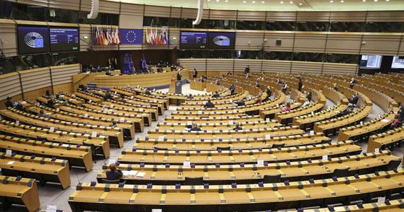 Parlament Europejski ostatecznie zatwierdził program Obywatele, Równość, Prawa i Wartości na lata 2021-2027. Chodzi program, którego budżet wynosi 1,5 mld euro. Jak donosi korespondentka RMF FM z Brukseli Katarzyna Szymańska–Borginon mogą być z niego finansowane organizacje pozarządowe broniące podstawowych praw i praworządności bez zgody władz danego kraju.