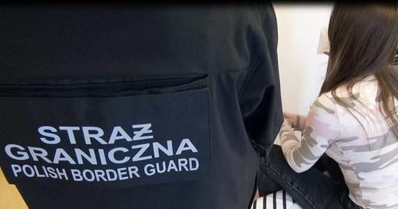 Kilkuset cudzoziemcom, głównie z Ukrainy, pomogła nielegalnie dostać się do naszego kraju zorganizowana grupa przestępcza rozbita przez straż graniczną. W Warszawie, Łodzi i Bydgoszczy zatrzymano 8 osób - to obywatele Ukrainy. Wyrabiały one zaświadczenia o pracy dla cudzoziemców, czym umożliwiały przekroczenie przez nich granicy.