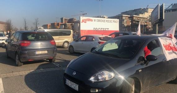 Związkowcy z Grupy Tauron, sprzeciwiający się jej podziałowi, zorganizowali rano samochodowy protest w Katowicach. Kilkadziesiąt oplakatowanych samochodów spowolniło ruch na przelotowej ul. Chorzowskiej.