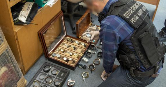Luksusowe zegarki i biżuterię zrabowaną w Niemczech odnaleźli policjanci z Pomorza oraz funkcjonariusze Morskiego Oddziału Straży Granicznej. Zatrzymali 5 osób związanych z grupą przestępczą zajmującą się włamaniami do salonów jubilerskich w Polsce oraz u naszych zachodnich sąsiadów. Mężczyźni zostali już aresztowani, a policja nie wyklucza dalszych zatrzymań w tej sprawie.
