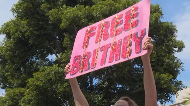 Britney Spears - jedna z największych gwiazd pop ostatnich dwóch dziesięcioleci - - jest pod opieką prawną swojego ojca. Stało się to krótko po jej załamaniu nerwowym w 2007 roku. Pod kuratelą ojca piosenkarka spędziła już ponad 12 lat. Bez jego zgody nie może opuścić samotnie domu, nie może głosować w wyborach, mieć telefonu komórkowego, prowadzić samochodu lub zajść w ciążę. Dziesiątki fanów Britney Spears demonstrują przed sądem w Los Angeles, gdzie zaplanowano przesłuchanie w tej sprawie.