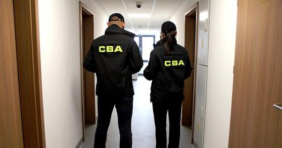 Agenci Centralnego Biura Antykorupcyjnego prowadzą przeszukania w domu Jakuba Banasia - syna szefa Najwyższej Izby Kontroli Mariana Banasia.