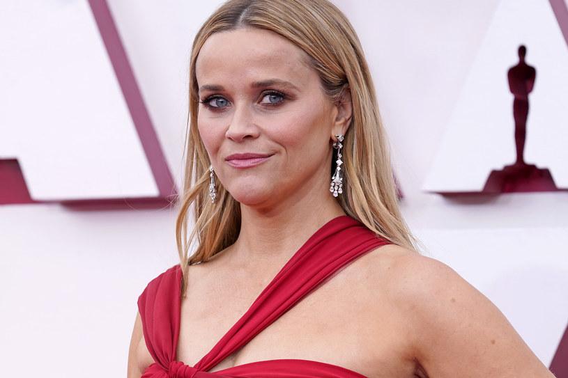 """Reese Witherspoon od kilku lat z sukcesem prowadzi przedsiębiorstwo mediowe Hello Sunshine. Pozaaktorska działalność gwiazdy została doceniona przez magazyn """"Time"""" - laureatka Oscara pojawiła się na okładce biznesowego wydania pisma poświęconego najbardziej wpływowym firmom. """"Mam nadzieję, że ta okładka zainspiruje dorastające dziewczynki do tego, by kierowały się myślą: """"Mogę zrobić to, o czym marzę!"""" Bo kobiety zmieniają świat"""" - skomentowała publikację aktorka."""