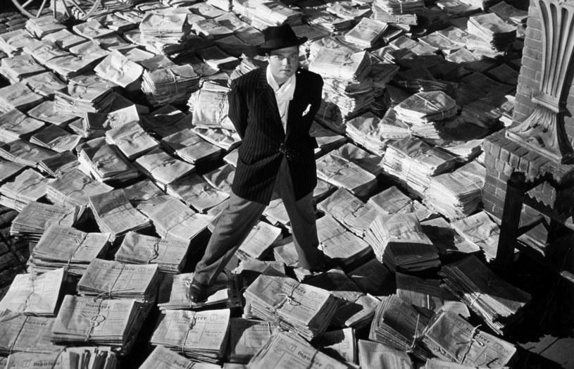 """""""Rotten Tomatoes"""" to najpopularniejszy serwis z recenzjami filmowymi. Na ich podstawie określana jest procentowo jakość poszczególnych produkcji. Im więcej pozytywnych recenzji, tym lepszy procentowy wynik danego filmu. Uważany przez wielu za najwspanialsze dzieło w historii kina """"Obywatel Kane"""" mógł do tej pory poszczycić się idealnym wynikiem 100 procent. Zmieniło się to za sprawą dodanej niedawno recenzji z... 1941 roku."""