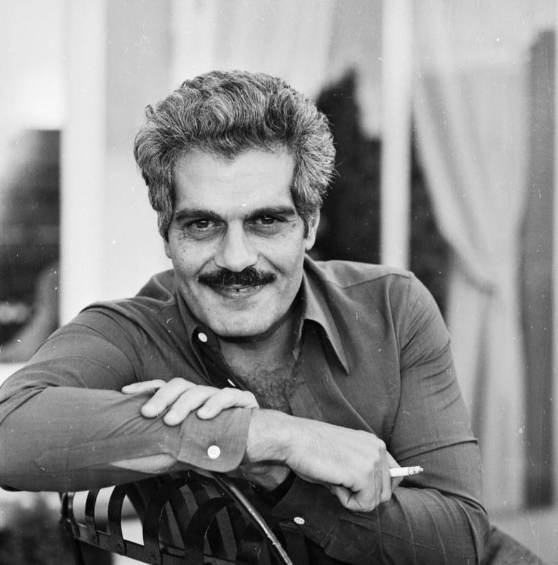 """Zmarły w 2015 roku Omar Sharif to jeden z najbardziej rozpoznawalnych aktorów XX wieku. Nominowany do Oscara za rolę w filmie """"Lawrence z Arabii"""", uwielbienie fanów zyskał za sprawą kreacji w dramacie """"Doktor Żywago"""" z 1965 roku. Egipsko-szwedzki duet filmowców Mark Lotfy i Axel Petersen kończy właśnie film """"The Life and Times of Omar Sharif"""" (""""Życie i czasy Omara Sharifa) poświęcony temu aktorowi. Dokument ma zwrócić uwagę na to, w jaki sposób charakter aktora ukształtowała m.in. polityka Egiptu w latach 50. ubiegłego wieku."""