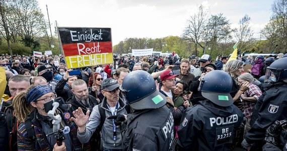 """Policja ostrzegła grupy parlamentarne w Bundestagu, że w internecie krążą groźby śmierci kierowane pod adresem wszystkich posłów, którzy w ubiegłym tygodniu głosowali za zmianą ustawy o ochronie przed zakażeniami. Na komunikatorze Telegram dokument ten jest rozpowszechniany pod nazwą """"lista śmierci polityków niemieckich""""."""