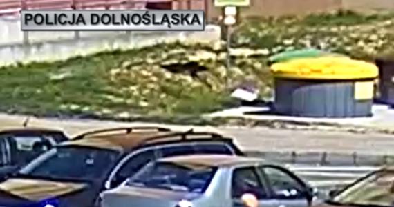 Groźnie wyglądający wypadek w Lubinie na Dolnym Śląsku. 5-letni chłopiec na rowerku biegowym wjechał pod koła auta. Dziecko trafiło do szpitala.