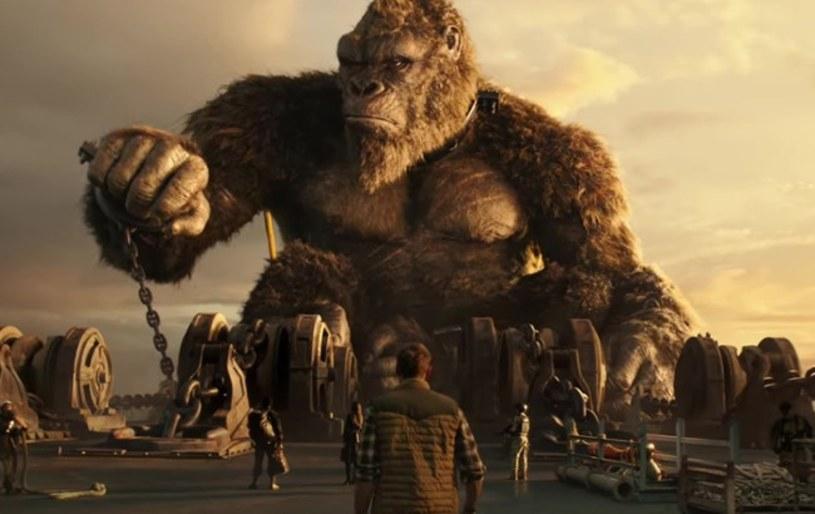 """Adam Wingard, reżyser filmu """"Godzilla vs. Kong"""", jest na dobrej drodze do tego, by wyreżyserować również następny film z tzw. MonsterVerse, w którego skład wchodzą produkcje z Godzillą i King Kongiem. Jak donosi portal """"The Hollywood Reporter"""", twórca prowadzi właśnie negocjacje ze studiem Legendary, których celem jest nakłonienie go do stworzenia kolejnego filmu z tego cyklu. Wśród ewentualnych tytułów takiej kontynuacji wymieniany jest """"Son of Kong"""", czyli """"Syn Konga""""."""