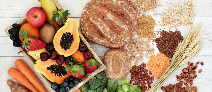 Zdrowe odżywianie błędnie kojarzy się wielu osobom z rygorystycznymi dietami odchudzającymi. Zrzucenie nadprogramowych kilogramów może być efektem zmiany sposobu żywienia na zdrowszy, jednak przede wszystkim ma on na celu dostarczenie organizmowi wszystkich potrzebnych składników odżywczych. Zdrowa dieta nie musi być przy tym trudna – w jej prowadzeniu pomocne będzie 5 podstawowych zasad.