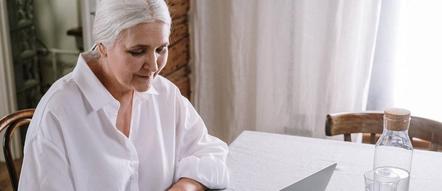 W zeszłym roku e-recepty weszły do powszechnego użytku. Dzięki temu przepisywanie i wykupywanie leków zajmuje znacznie mniej czasu. Jak zamówić lek na receptę przez internet? Czy istnieje opcja dostawy do domu? Na te i inne pytania znajdziesz odpowiedzi w poniższym tekście.