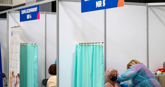 Założyciel i szef firmy BioNTech Ugur Sahin powiedział w środę, że Europa powinna osiągnąć odporność stadną na koronawirusa do lipca, a najpóźniej sierpnia. Dodał, że jego firma nie zrezygnuje z praw intelektualnych do szczepionki, ale udostępni na nią licencje.