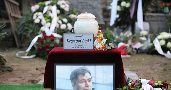 """Na 25 lat pozbawienia wolności skazał Sąd Okręgowy w Warszawie Łukasza B., oskarżonego o zabójstwo dziennikarza Krzysztofa Leskiego i przywłaszczenie należących do niego rzeczy. Mężczyzna ma odbywać karę w systemie terapeutycznym. """"Zabił człowieka dobrego, ufnego i życzliwego"""" - podkreślił sąd."""