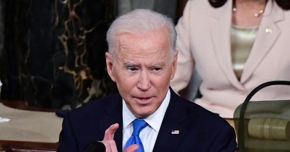 """""""Po 100 dniach mogę złożyć krajowi raport: Ameryka znowu rusza naprzód. Zamienia niebezpieczeństwa w możliwości. Kryzys w szanse, a komplikacje w siłę"""" - oświadczył prezydent Joe Biden w Kongresie, odnosząc się do pandemii koronawirusa. Jak podkreślił, był to """"najgorszy kryzys gospodarczy od Wielkiego Kryzysu. Najgorszy atak na naszą demokrację od wojny secesyjnej""""."""