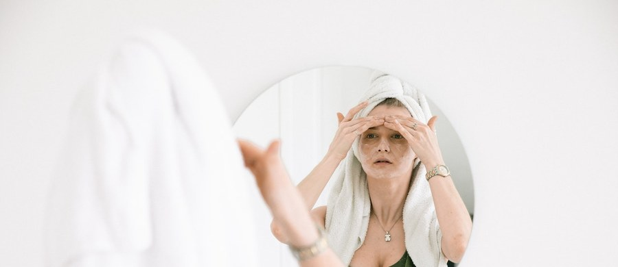 Twoja skóra jest sucha i pozbawiona blasku? Na jej powierzchni pojawiają się mocno przesuszone fragmenty, a co więcej naskórek staje się podatny na uszkodzenia? W takim razie konieczne jest zastosowanie kosmetyku, który pomoże Ci uporać się z tym problemem. Skóra sucha i wrażliwa potrzebuje głębokiego nawilżania i regeneracji. Warto więc zadbać o to, by w Twojej kosmetyczce znalazł się skuteczny krem nawilżający do twarzy. Zapoznaj się z naszym poradnikiem i przekonaj się, jak wybrać ten najlepszy produkt.