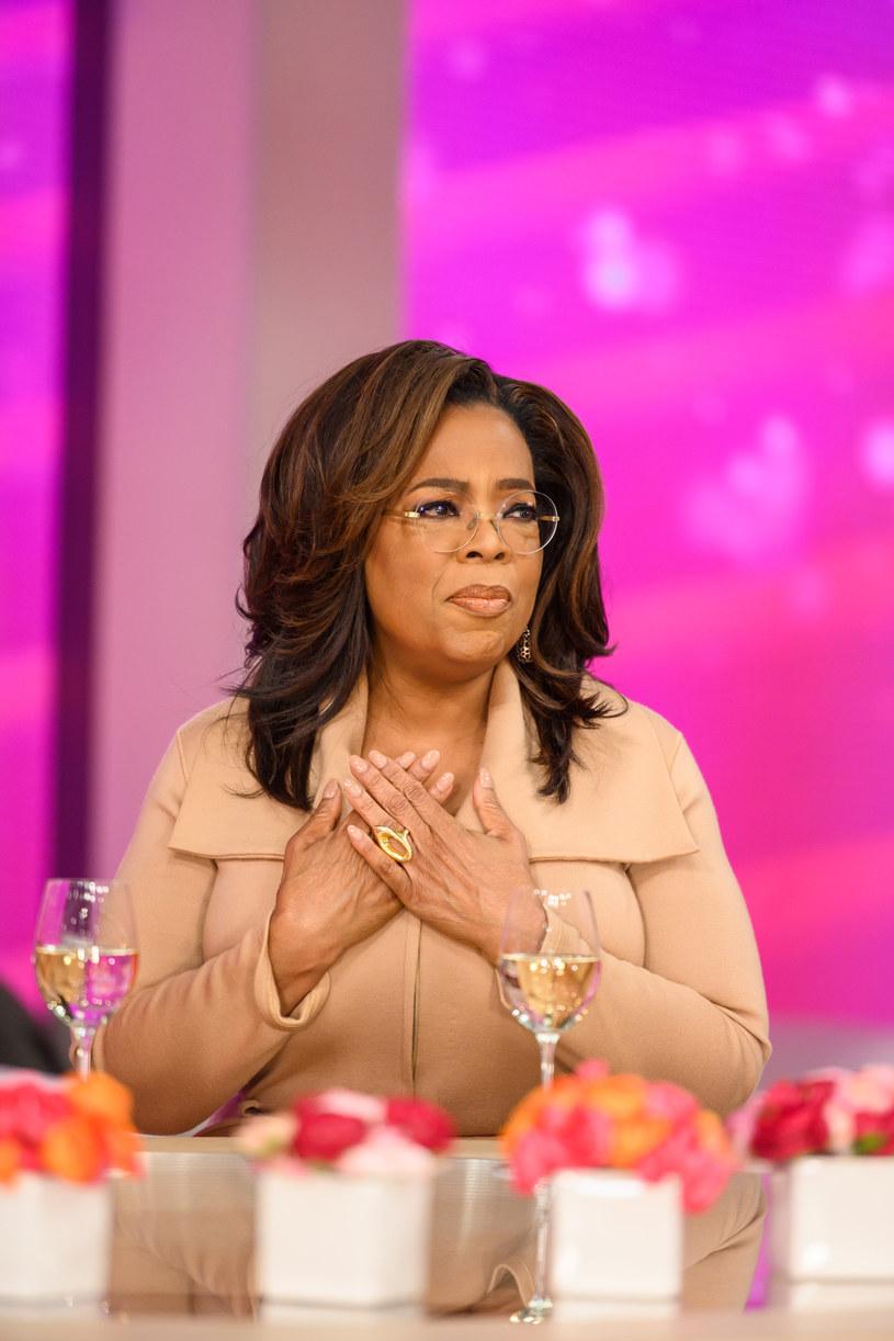 """Nie od dziś wiadomo, że Oprah Winfery nie miała łatwego dzieciństwa. Okazuje się jednak, że nie wszystko na ten temat powiedziała. Teraz, przy okazji promocji swojej nowej książki, gwiazda telewizji ujawniła szokujące szczegóły przemocy, jakiej regularnie doświadczała w dzieciństwie. Wyznała, że za najdrobniejsze nawet przewinienia babcia wymierzała jej kary cielesne. """"Wciąż czuję tamten ból. I bardzo współczuję tej małej dziewczynce, która byłam"""" - wspomina prezenterka."""