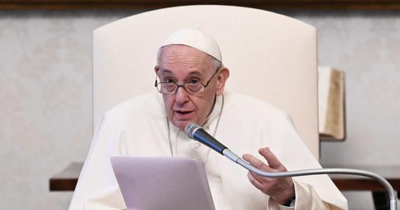 Papież Franciszek zrobił kolejny krok w staraniach o przejrzystość watykańskich finansów. W wydanym właśnie rozporządzeniu zalecił pracownikom urzędów Watykanu złożenie deklaracji, że nie byli karani lub objęci śledztwem ws. zarzutów m.in. terroryzmu, wykorzystywania nieletnich, korupcji i prania brudnych pieniędzy. Zabronił także przyjmowania prezentów o wartości powyżej 40 euro.