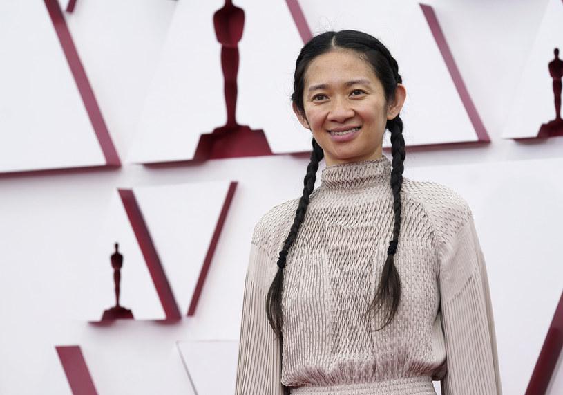 """Jej nazwisko nie schodzi z ust fanów kina na całym świecie od momentu premiery """"Nomadland"""". Reżyserka tego nagrodzonego Oscarem dla najlepszego filmu roku obrazu, szybko nie da o sobie zapomnieć. Już 5 listopada do kin trafi bowiem jej najnowszy film - komiksowe widowisko Marvela zatytułowane """"Eternals"""".  Chloé Zhao, która sama zmontowała swój oscarowy film, tym razem oddała montaż """"Etrernals"""" w ręce Dylana Tichenora i Craiga Wooda."""