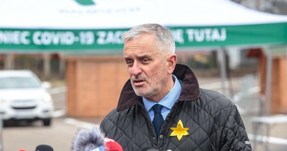 Miejscy radni z Wałbrzycha na Dolnym Śląsku przyjęli uchwałę obowiązkowym szczepieniu przeciwko Covid-19. Obowiązek ma dotyczyć mieszkańców i osób pracujących na terenie miasta. Chcemy tą uchwałą doprowadzić do tego, że więcej wałbrzyszan, więcej Polaków będzie myślało o tym, że warto się zaszczepić – przekonywał prezydent Wałbrzycha Roman Szełemej. Miejską uchwałę może unieważnić wojewoda.
