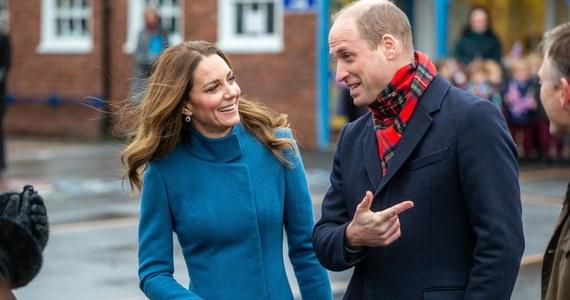 """Książę William – wnuk królowej Elżbiety II, drugi w kolejce do brytyjskiego tronu – i księżna Kate świętują 10. rocznicę ślubu. Cambridge'owie wydają się tworzyć zgodną parę, a ich małżeństwo pozostaje wolne od kontrowersji – w przeciwieństwie do związku brata Williama księcia Harry'ego i księżnej Meghan. Znajduje to odzwierciedlenie w sondażach popularności: William i Kate od lat pozostają w ścisłej czołówce najbardziej lubianych członków rodziny królewskiej. W ostatnim czasie komentatorzy okrzyknęli nawet księżną Kate """"skałą, na której oprze się monarchia""""."""