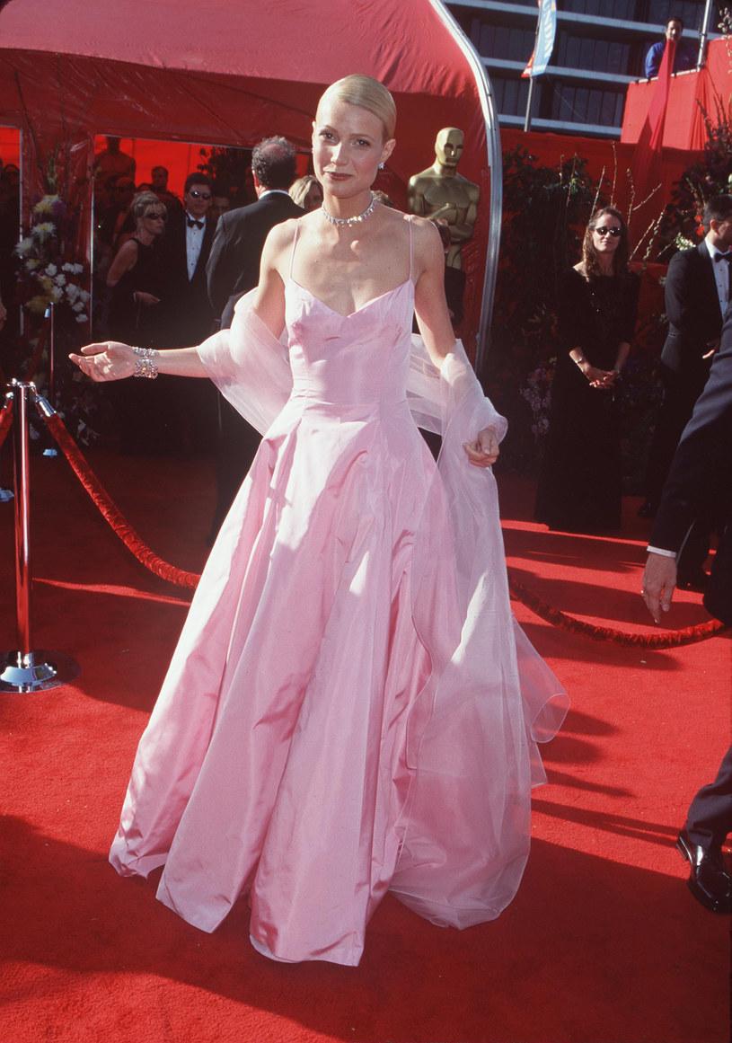 """Gwyneth Paltrow, hollywoodzka gwiazda i założycielka lifestyle'owego imperium Goop, w najnowszym wywiadzie wróciła wspomnieniami do swoich najbardziej ikonicznych stylizacji z czerwonych dywanów. Strój, który gwiazda darzy największym sentymentem, miała na sobie podczas ceremonii wręczenia Oscarów w 1999 roku. Elementem stylizacji o wyjątkowym znaczeniu była biżuteria sprezentowana jej przez ojca, który kilka lat później zmarł. """"Te kolczyki i naszyjnik założyłam na swój ślub, by oddać hołd mojemu tacie i zatrzymać go przy sobie"""" - wyznała aktorka."""