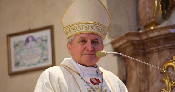 Bp Edward Janiak we wtorek opuścił teren diecezji kaliskiej – poinformował w czwartek rzecznik prasowy diecezji. Zgodnie z nakazem Watykanu były kaliski ordynariusz nie powinien przebywać na jej terenie.