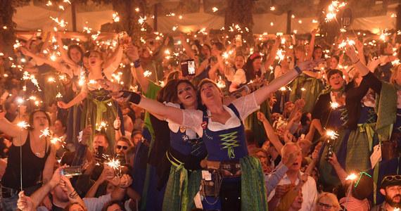 """Oktoberfest - największe na świecie dożynki chmielne, mają zostać przeniesione w tym roku z Monachium do Dubaju. """"Piwosze musieliby być dowożeni do hoteli busami, aby nie chodzić po mieście w stanie nietrzeźwym. Chodzi o poszanowanie obu kultur"""" - mówi Charles Blume, zaangażowany w projekt festiwalu. Powodem decyzji o zmianie lokalizacji miała być pandemia."""