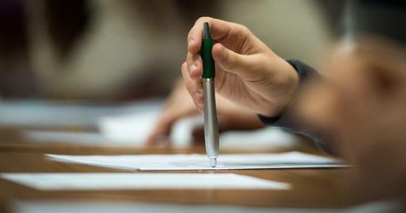 4 maja rozpoczynają się tegoroczne matury. Około 271 tys. tegorocznych absolwentów liceów ogólnokształcących i techników przystąpi tego dnia o godzinie 9.00 do obowiązkowego pisemnego egzaminu z języka polskiego na poziomie podstawowym.