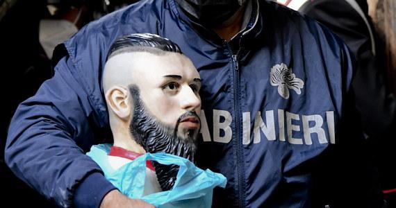 Włoska policja zarekwirowała urnę z prochami Emanuele Sibillo, lidera odłamu neapolitańskiej Camorry. Urna ustawiona na ołtarzu w jego rodzinnym domu stała się obiektem kultu młodych przestępców.