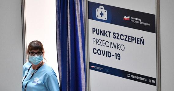 Pod koniec maja Polska będzie testować wraz z Komisją Europejską działanie unijnego cyfrowego, zielonego certyfikatu, który umożliwi już w te wakacje podróże – powiedział dziennikarzom w Brukseli wysoki rangą przedstawiciel Komisji Europejskiej. Chodzi o dokument zawierający informacje o szczepieniu przeciw Covid-19, negatywnym teście na koronawirusa lub przeciwciałach po przebytej chorobie.