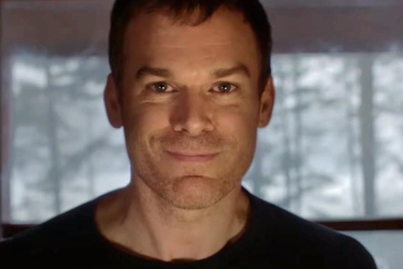 """Od momentu ogłoszenia, że do telewizji powróci jeden z najpopularniejszych seriali ostatnich lat, czyli """"Dexter"""", fani tej produkcji z niecierpliwością oczekują na informację o dacie premiery dziewiątego sezonu. Ten termin to tej pory był niewiadomą. Teraz stacja Showtime ujawniła, że serial trafi na ekrany jesienią tego roku. Jednocześnie opublikowany został drugi teaser serialu, na którym uśmiecha się do widza Michael C. Hall, serialowy Dexter Morgan."""