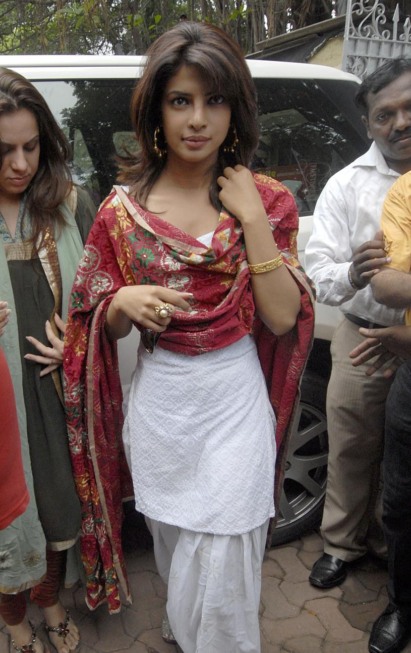 Od wielu dni media na całym świecie mówią o katastrofalnej sytuacji, do jakiej doprowadziła w Indiach pandemia koronawirusa. Tylko w czwartek 29 kwietnia zanotowano tam blisko 380 tysięcy nowych infekcji oraz 3645 zgonów, a łączna liczba zakażeń w tym drugim pod względem populacji kraju na świecie przekroczyła 18 milionów. Do pomocy swojej ojczyźnie nawołuje aktorka i była Miss World, Priyanka Chopra Jonas.