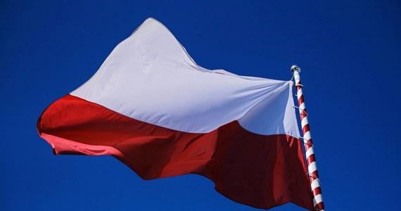 2 maja świętujemy Dzień Flagi Rzeczypospolitej Polskiej. Z tej okazji przygotowaliśmy dla Was quiz. Sprawdźcie swoją wiedzę na temat polskiej flagi, jej święta i ważnych wydarzeń, w których nasze barwy narodowe odegrały kluczową rolę. Wynikiem możecie się pochwalić w mediach społecznościowych.