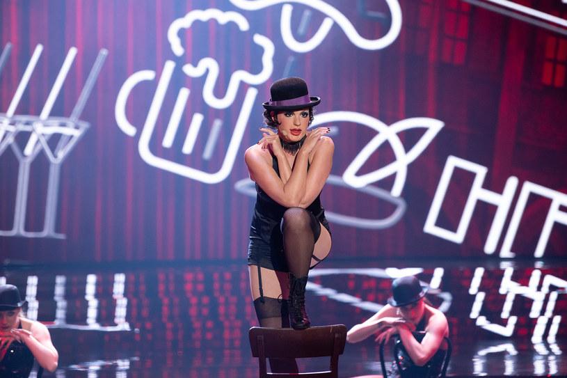 """Tamara Arciuch jako Liza Minnelli w kabaretowym stylu wyśpiewała pierwsze miejsce w 8. odcinku """"Twoja Twarz Brzmi Znajomo""""."""