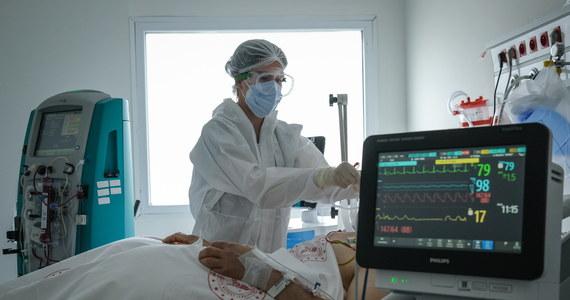 Szpital Świętej Trójcy w Płocku na Mazowszu wstrzymał przyjęcia chorych na Covid-19. Powodem jest przeciążenie instalacji tlenowej. W placówce jest 50 łóżek dla takich pacjentów.