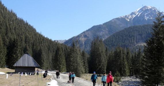 Długi majowy weekend zapowiada się pod Tatrami deszczowo i chłodno. W górach spodziewane są opady śniegu – zapowiada IMGW. TOPR-owcy przypominają, w Tatrach obowiązuje drugi, umiarkowany stopień zagrożenia lawinowego