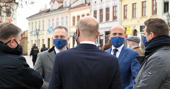 """""""W sobotę w imieniu Klubu Koalicji Obywatelskiej złożę wniosek o odłożenie posiedzenia Sejmu o 14 dni, aż do zakończenia negocjacji w ramach Komisji Wspólnej Rządu i Samorządu"""" - zapowiedział szef klubu KO Cezary Tomczyk."""