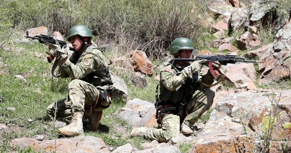 Władze Kirgistanu poinformowały w sobotę rano o ostrzale artyleryjskim jego przygranicznych wsi, jaki przeprowadziły siły Tadżykistanu. W komunikacie ministerstwa zdrowia zaznaczono, że w obecnej fazie konfliktu granicznego z Tadżykistanem zginęły 33 osoby.