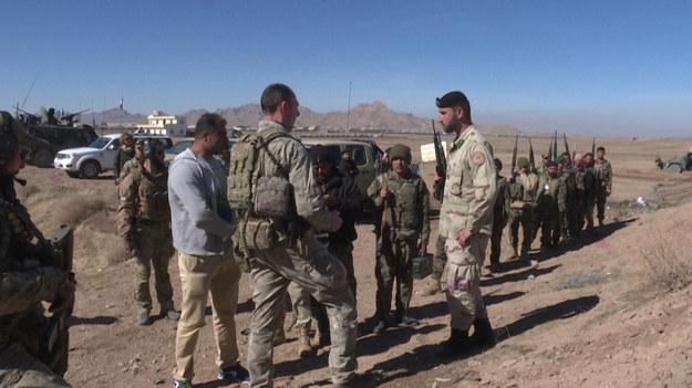 Stany Zjednoczone formalnie zaczynają wycofywać swoje ostatnie wojska z Afganistanu w sobotę, zbliżając swoją najdłuższą wojnę do końca, ale także zwiastując niepewną przyszłość kraju w zacieśniającym się uścisku Talibów.