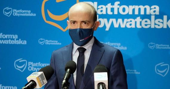 Szef PO Borys Budka zaapelował o przesunięcie o 14 dni wtorkowego posiedzenia Sejmu w sprawie zwiększenia zasobów własnych w związku z Krajowym Planem Odbudowy. Wcześniej należy w uzgodnieniu z samorządami wypracować gwarancje ustawowe dotyczące rozdziału środków - uważa.