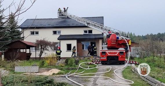 Dwie osoby zostały ranne w pożarze po wybuchu butli z gazem w Wąchocku w województwie świętokrzyskim. Ogień pojawił się w domu jednorodzinnym.