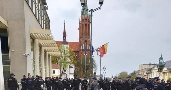 Białostocki magistrat rozwiązał zgromadzenie publiczne w centrum miasta - niedoszły marsz środowisk nacjonalistycznych, które 1 maja chciały zaprotestować przeciwko warunkom pracy i płacy Polaków w Polsce. W wydarzeniu mogło wziąć udział pięć osób, a zgromadziło się około stu.