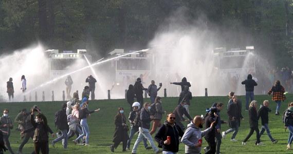 """Belgijska policja interweniowała rozpraszając kilka tysięcy ludzi, którzy zgromadzili się na """"imprezie"""" w parku w Bois de la Cambre pod Brukselą, pomimo zakazu wydanego przez władze ze względu na pandemię Covid-19."""
