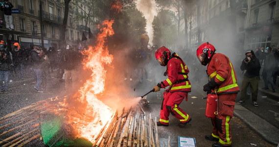 We Francji pokojowe początkowo demonstracje pierwszomajowe przekształciły się w starcia policji z anarchistami z BlackBlok i uczestnikami ruchu żółtych kamizelek. Funkcjonariusze zatrzymali w Paryżu 34 osoby, do tłumienia zamieszek użyto gazu łzawiącego i armatek wodnych.