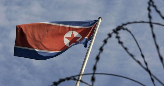 """""""Niedawne komentarze prezydenta USA Joe Bidena i członków jego administracji pokazują, że zamierza on utrzymywać wrogą politykę wobec Korei Północnej, która będzie wymagała odpowiedniej odpowiedzi ze strony Pjongjangu"""" - oświadczyli w niedzielę przedstawiciele północnokoreańskiego reżimu. Ich wypowiedzi pojawiły się w serii oświadczeń, opublikowanych przez państwową północnokoreańską agencję informacyjną KCNA po tym, jak w piątek Biały Dom zakomunikował, że USA zakończyły miesięczny przegląd polityki wobec Korei Północnej."""