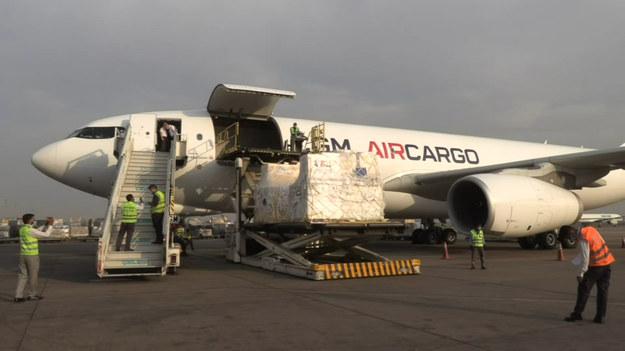 """Francuski rząd wysłał 28 ton sprzętu do stolicy Indii. Samolot dotarł na miejsce niedzielnym porankiem - podała francuska ambasada.  Dostawy obejmują 8 """"wysokowydajnych wytwornic tlenu"""" i 28 wentylatorów."""